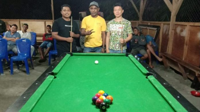 Pemilik Margareth Billiar, Goliat Saiputa (tengah), foto bersama dua peserta lomba Billiard di Beldang, Kalabahi, Jumat (26/7). (Sumber: Goliat Saiputa).