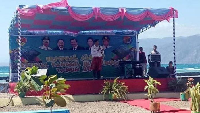 Gubernur NTT Viktor Buntilu Laiskodat ketika membuka Festival Panggil Ikan Dugong di Pantai Mali, Alor, Jumat (19/7).