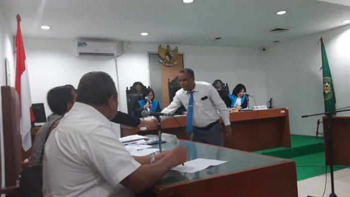 Dr. Imanuel E. Blegur (duduk) ketika menghadiri sidang gugatan Administratif di PTUN Jakarta.
