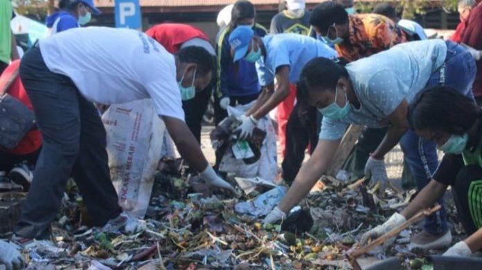 WWF, KNPI Alor dan komunitas pemuda foto bersama usai bersih sampah di Pasar Kadelang, Jumat (16/8).