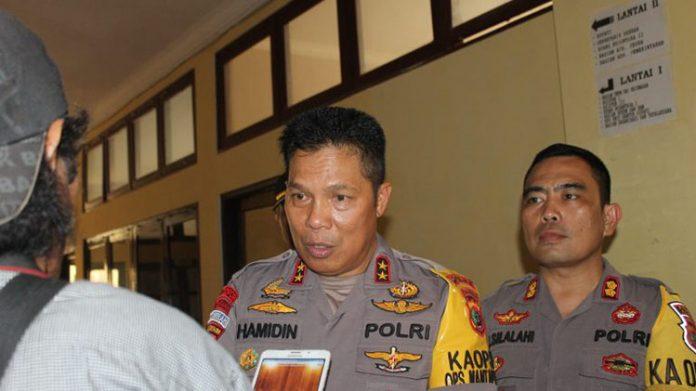 Kapolda NTT Irjen Pol. H. Hamidin saat Konpers di Kalabahi, Senin (30/9). Kapolda didampingi Kapolres Alor AKBP Patar Silalahi, S.IK (kanan).