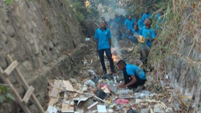 Mahasiswa baru Untrib sedang bersihkan sampah di Kali Kampung Baru menuju Kelurahan Wetabua, Jumat (6/9). (Foto: Doc Panitia).