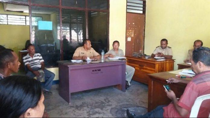 Sidang mediasi upah pekerja proyek air Kolana Utara di kantor Nakertrans Alor, Senin (1/7/2019).