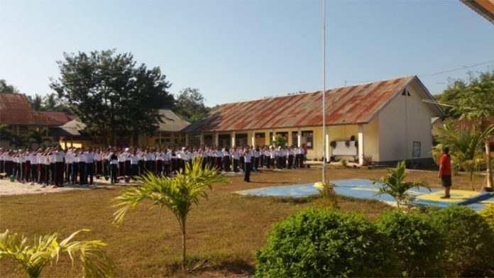 Kepala SMK Negeri 1 Kalabahi Idaleta Laure, S.Pd beri sambutan dalam kegiatan MPLS, Kamis (11/7) di lapangan sekolah itu.