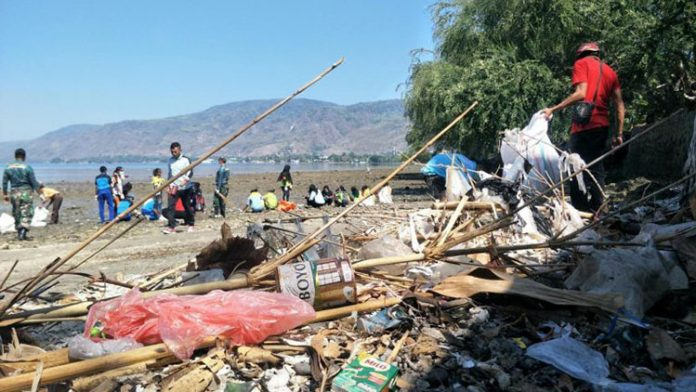 Aksi bersih sampah relawan WCD di Alor, NTT, Sabtu, (21/9).