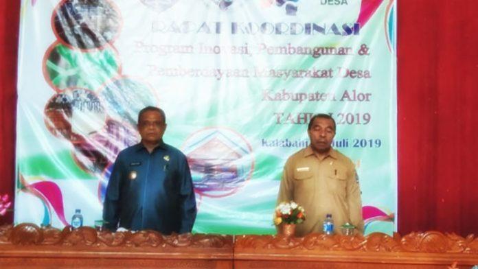 Wakil Bupati Alor Hj. Imran Duru, S.Pd (kiri) dan Kadis PMD Muhamad Bere saat pembukaan acara pembukaan Rakor Inovasi Desa Tahun 2019 di Hotel Kenari, Selasa (2/7).