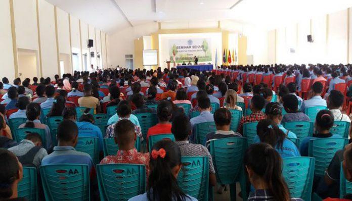 Rektor Untrib Alvons F. Gorang, S.Sos.,MM, membuka kegiatan Seminar Nasional, Senin (28/10/2019) di Aula Perjuangan, Kalabahi.