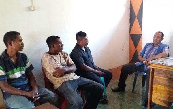 Heryanto Manu (ketiga dari kiri) dampingi pekerja adukan Enny Anggrek ke Disnaker Alor, Kamis (3/10) di Kalabahi.