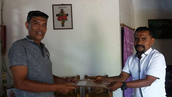 Ketua SPSI Alor Drs. Viktor Dakamoli (kiri) menerima laporan pengaduan Karyawan KSU. Budi Artha Alhamdi Hadiran (kanan), Senin (7/10) di kantor SPSI, Kalabahi.