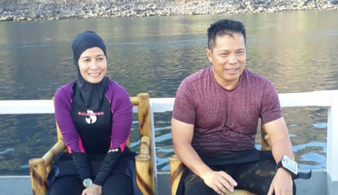 Kapolda NTT Irjen Pol. H. Hamidin didampingi istrinya ketika menyelam di perairan Ternate, Kabupaten Alor, Minggu (29/9). (Foto: Dani Manu).
