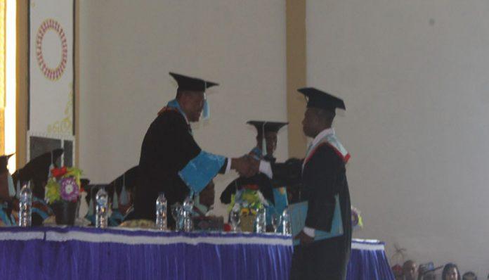 Rektor Untrib Alvons Gorang, S.Sos.,MM pindah toga lulusan terbaik, Nikodemus Makalbani, S.M