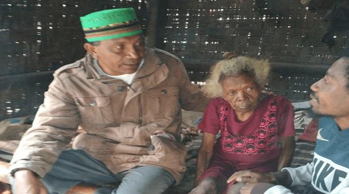 Safrudin Tonu (kiri) ketika menemui nenek Lodia Fanmabi dan cucunya di Desa Welai Selatan, Senin (14/10).