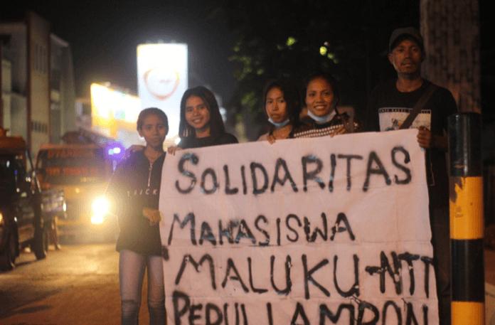 Komunitas Pela Gandong Kupang aksi galang dana untuk gempa Maluku, Sabtu (26/10) di Kota Kupang.
