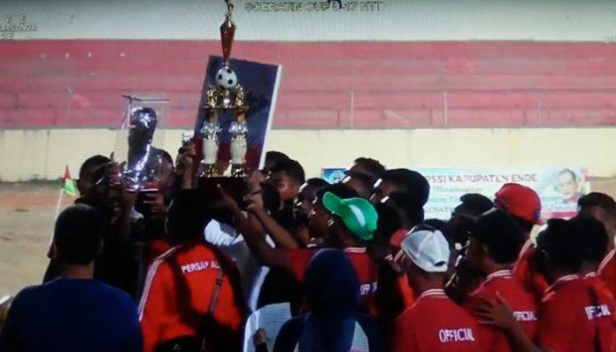 Tim kesebelasan Persap Alor menerima hadiah piala bergilir Soeratin Cup U17 Tahun 2019 di Stadion Marilonga, Ende, Kamis (24/10).