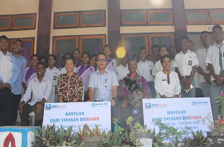 Pimpinan Cabang BRI Kalabahi Nartha Simamora pose bersama usai menyerahkan bantuan simbolis dana Rp.185 juta dari Yayasan BRI Kasih kepada Ketua Yayasan Sangkakala Liem Odja.