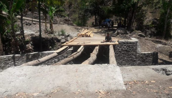 Jembatan Talawa, sudah dibongkar PPK dan Kontraktor, Selasa (5/11/2019) di Desa Mataru Selatan. (Sumber: doc PPK Dinas PUPR Alor).