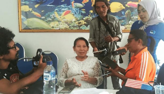 Dra. Beth Isdiani (kedua dari kiri), saat diwawancarai kesiapannya maju Ketua PMI Alor Periode 2019-2025 di Aula Kopdit Citra Hidup Kalabahi, Jumat (8/11).