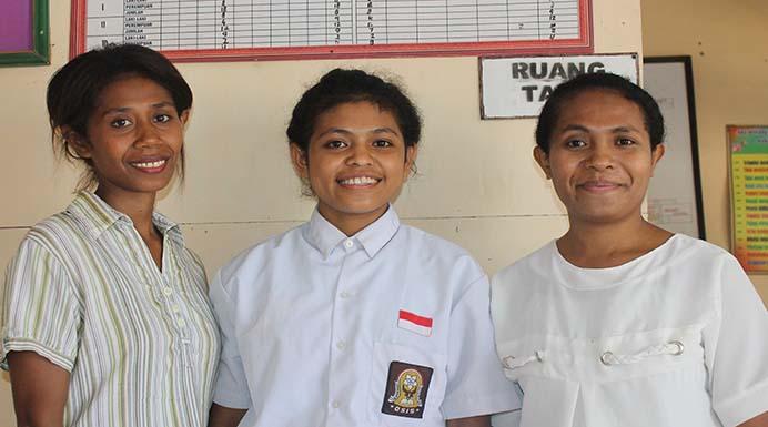 Ocy (tengah) didampingi kedua gurunya.
