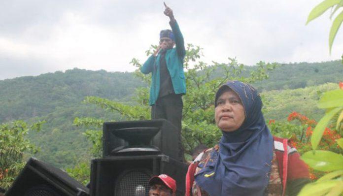 Ratusan masa Desa Pulau Buaya berunjuk rasa di Kantor Bupati Alor, Senin (16/12) siang.