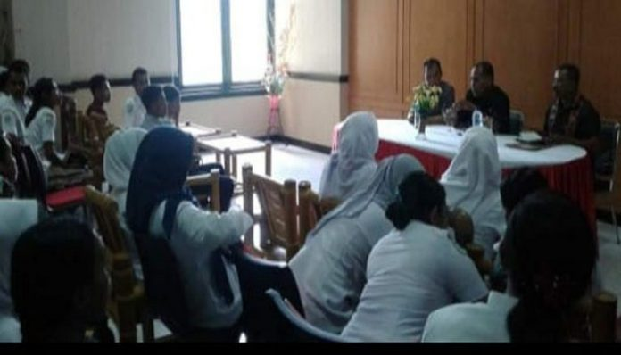 Bupati Alor Drs. Amon Djobo, berdialog dengan 52 staf RSUD yang di-PHK, Kamis (16/1/2020) di Aula Nusanatara Kantor Bupati. (Foto: Humas Setda Alor)