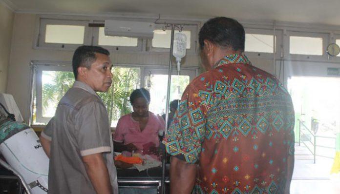 Ketua Fraksi Ibrahim Nampira dan Anggota Fraksi Yusak Olang sedang konsultasi dengan pasien di RSUD Kalabahi, Kamis (9/1) pagi.