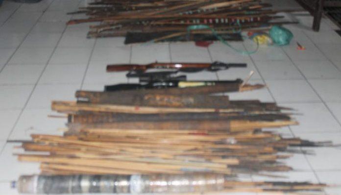 Barang bukti ratusan senjata tajam yang diamankan Polisi usai sweeping di Desa Fanating, Selasa (14/1) pagi.