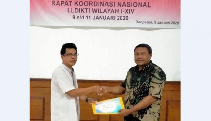 Rektor Untrib Alvons F. Gorang, S.Sos.,MM, ketika menerima penghargaan dari Dirjen Penguatan Risbang Kemendikbud RI di Denpasar, Bali, Kamis (9/1/2020).