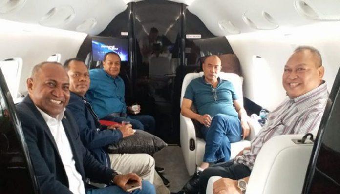 Staf Ahli khusus Gubernur NTT Viktor Bungtilu Laiskodat, Imanuel E. Blegur (ujung kanan), saat mendampingi kunjungan kerja Gubernur Viktor (kedua kanan) ke Papua, Jumat (31/1/2020).
