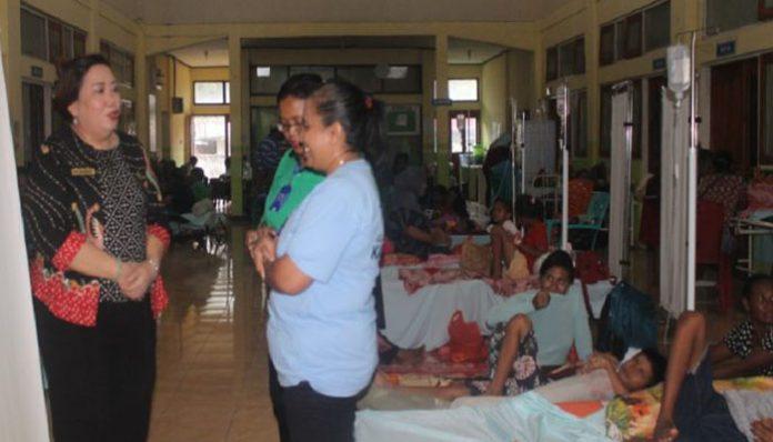 Ketua DPRD Alor Enny Anggrek (kiri), kunjungan kerja memantau pasien DBD di RSUD Kalabahi, Jumat (7/2) siang.