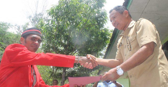 Ketua GMNI Alor Seprianus Oko menyerahkan pernayataan sikap kepada kepala UPT Kehutanan NTT wilayah Alor Johanis Kewatung, S.Hut, Senin (24/2). Karena lokasi tambang emas, sebagian masuk zona hutan lindung dan hutan konservasi di Pantar.