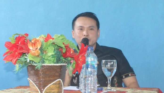 Anggota DPRD NTT Rocky Winaryo, saat berdialog dengan siswa, guru dan Kasek SLBN Alor, Jumat (14/2) di Mebung.