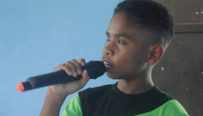 Gilbert Manikari, siswa kelas IV SLBN Alor nyanyikan lagu; Waktu Tuhan