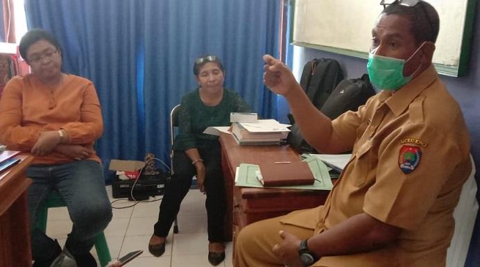 Wakil Ketua Tim Gugus Tugas Corona Kabupaten Alor, Ferdy I. Lahal, SH (ujung kiri), diwawancarai wartawan, Selasa (24/3) di kantor Dinkes, Kalabahi.