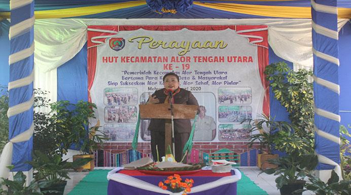 Ketua DPRD Alor Enny Anggrek ketika sambutan di HUT 19 Kecamatan ATU, Senin (16/3) di Mebung.