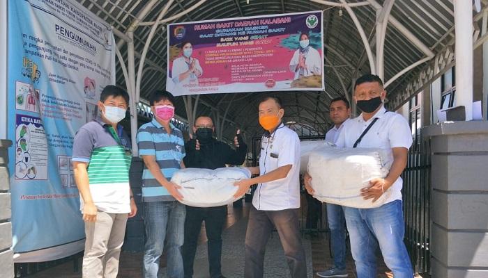 Denny Lalitan menyerahkan bantuan APD Tenaga Medis dari Ibu Irawati Dharmawan kepada Direktur RSUD Kalabahi dr. Ketut, Rabu (29/4) di Kalabahi.