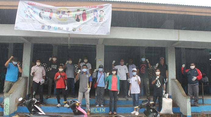 Relawan Covid-19 Alor: GAMKI Alor, GMKI Kalabahi, KNPI Alor, Yayasan Bethesda Alor dan Mata Garuda, foto bersama usai pembagian 250 marker gratis dan Pamphlet di pasar Kadelang.