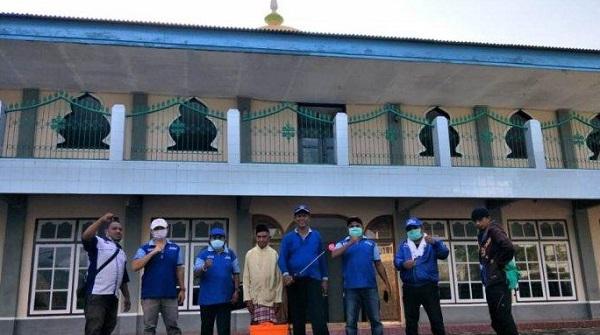 Partai Demokrat Alor melakukan penyemprotan disinfektan di salah satu Masjid di Kecamatan Teluk Mutiara awal bulan April lalu.