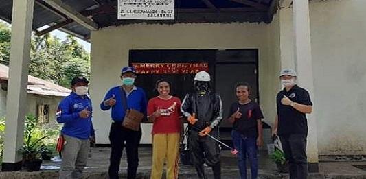 Ketua APINDO sekaligus Ketua Partai Demokrat Denny Lalitan (ujung kanan) sedang memimpin penyemprotan disinfektan di seputaran wilayah Kota Kalabahi, Kamis (2/4/2020).