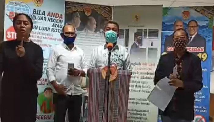 Kepala Dinas Kesehatan Provinsi NTT Domi Mere ketika jumpa pers umumkan 10 pasien positif corona di NTT, Kamis (30/4) di Kupang.