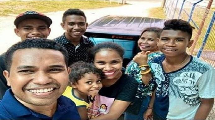Pasien positif covid-19 01 NTT El Asamau, foto bersama keluarganya ketika hendak berangkat ke Jogja, Kamis (27/2/2020) di Bandara Mali Alor.