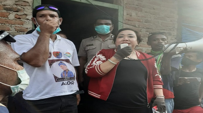 Ketua DPRD Alor Enny Anggrek saat mengarahkan ribuan masa bubarkan diri di rumah Hamid Haan, Bota, Kecamatan Alor Barat Laut, Sabtu (4/4/2020). (Foto: Enny Anggek).