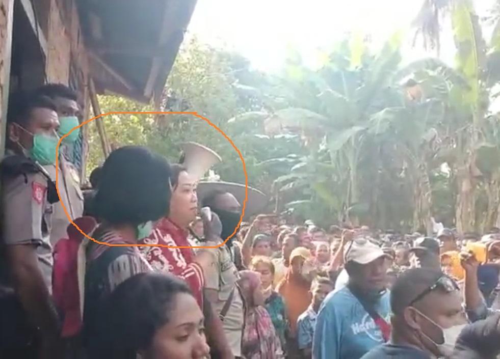Ketua DPRD Alor Enny Anggrek dan Camat ABAL Debrina Lelang ikut menjemput dan mengantarkan Hamid tiba di Boti, Sabtu (4/4).