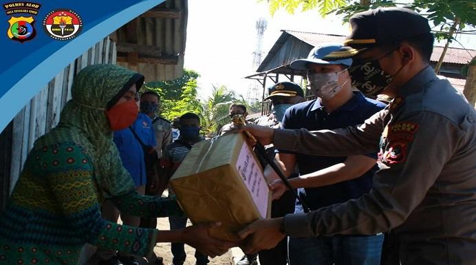 Kapolres Alor AKBP Darmawan Marpaung, S.IK.,M.Si dan Ketua PSMTI Alor menyerahkan bantuan Sembako di Kota Kalabahi, Selasa (21/4). (foto: Humas Polres Alor/dok PSMTI Alor).
