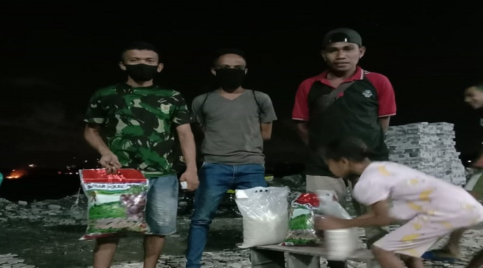 Para Mahasiswa NTT berdatangan mengambil bantuan Sembako yang disediakan keluarga Alor di Kota Surabaya, Rabu (22/4).