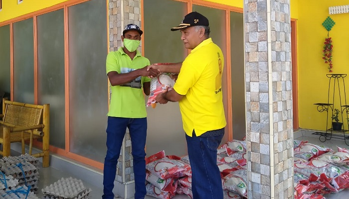Wakil Ketua Bidang Hukum dan Ham DPD II Partai Golkar Alor Sulaiman Sings menyerahkan bantuan sembako kepada warga terdampak covid-19 di Kadelang, Kecamatan Teluk Muiara, Selasa (28/4).