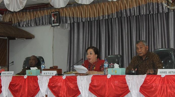 Pimpinan DPRD; Yulius Mantaon (kiri), Enny Anggrek (tengah) dan Sulaiman Sings (kanan) dalam suatu Rapat Paripurna belum lama ini di Gedung Nusantara DPRD, Batunirwala.