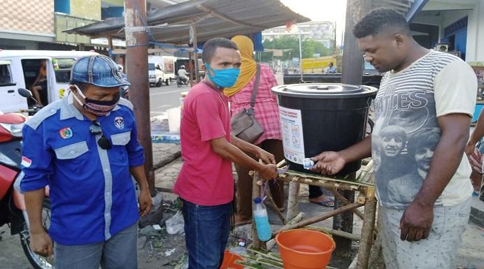 Relawan Posko Covid-19 Alor sedang memasang fasilitas cuci tangan di Kota Kalabahi, Kamis (9/4) siang.