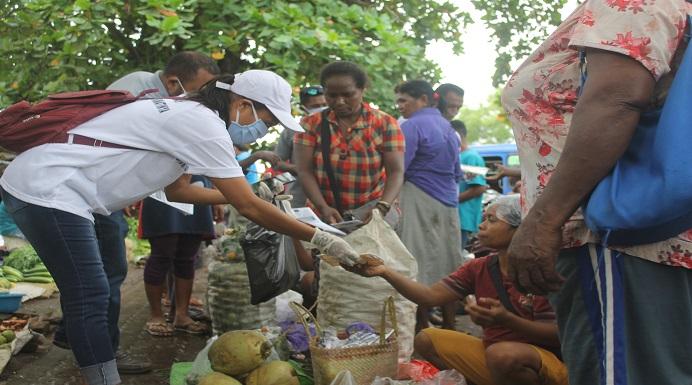 Relawan Covid-19 Alor sedang membagikan Masker dan Pamphlet di pasar Kadelang Kalabahi, Kamis (16/4) pagi.