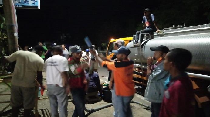 Relawan Covid-19 Kabupaten Alor hingga malam masih bekerja mendistribusikan 23 tempat cuci tangan di Kota Kalabahi, Kamis (9/4).