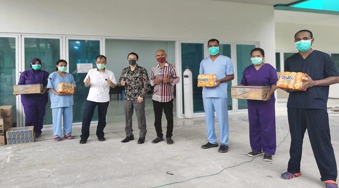 Anggota DPRD NTT Rocky Winaryo (keempat dari kiri) menyerahkan paket bantuan sembako kepada 30 Tenaga Medis yang sementara karantina diri di RSUD Kalabahi, Rabu (15/4).